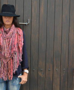 poncho-de-lana-hecho-a-mano-en-ibiza-color-rosa