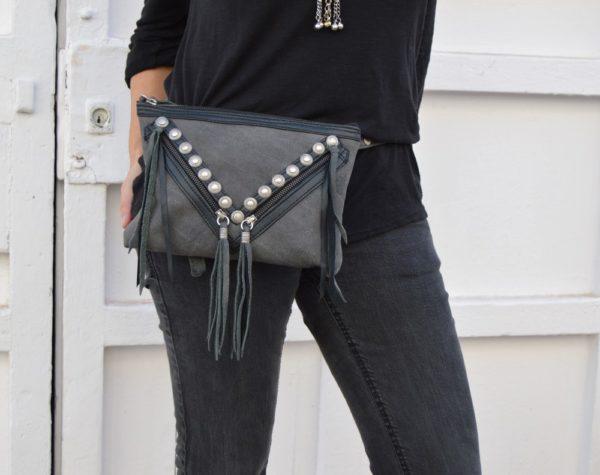 Bolso rinonera de piel gris flecos Olga Payro Ibiza Trendy