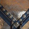 detalle piel bolso oro